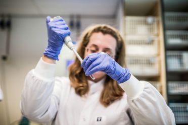 Beeld voor Van ebola tot corona. Hoe houden we infectieziekten wereldwijd onder controle?